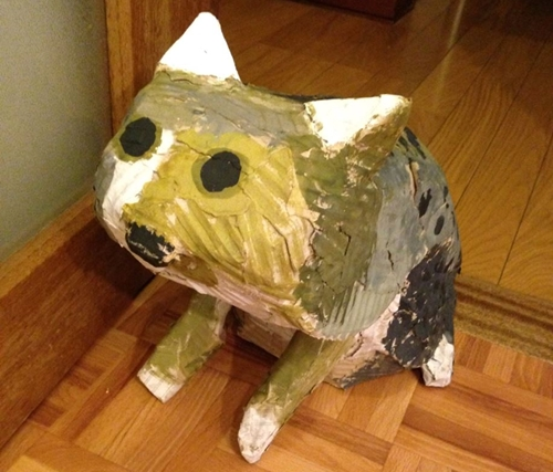 段ボール製の猫