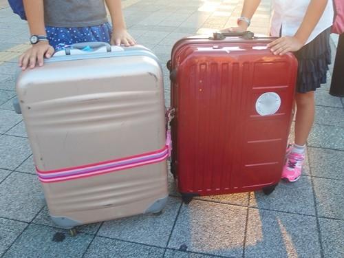 スーツケースを持って旅行へ出発