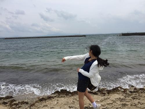 海岸で石投げ